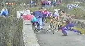 Болельщик решил велосипедиста побить
