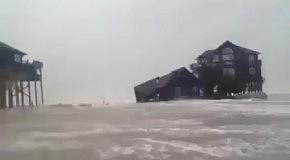 Ураган Сэнди уничтожает дома
