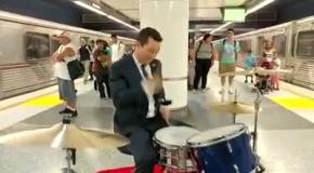 Актер Джозеф Гордон-Левитт зажигает в метро