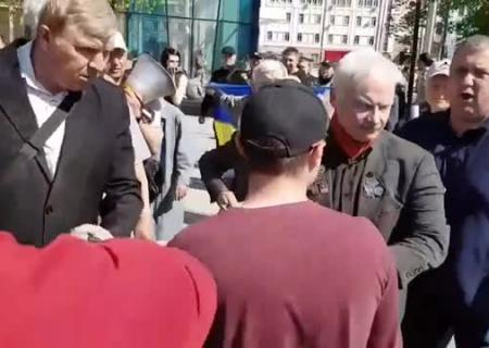 ВХарькове надемонстрации произошла драка из-за антиукраинских лозунгов