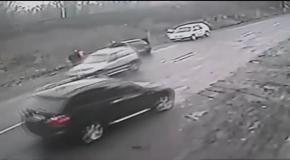 Автомобиль сбил ребенка и его спасителя