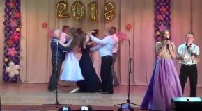 Зворушливий танець батьків з донечками Андрушівської гімназії. Володимир Повальчук