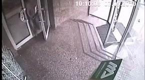 Перепутал дверь и вышел через стеклянное окно