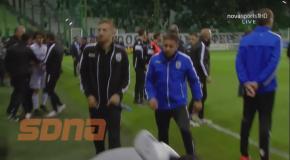 Матч Панатинаикос - ПАОК был остановлен из-за брошенной бутылки в голову тренера