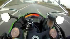 Мотоциклиста на скорости 300 км/ч обогнал авто
