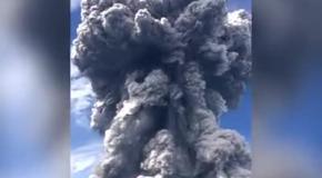 Величественное извержение вулкана в Гватемвале