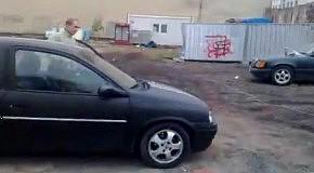 Обрушение стены с помощью маленького автомобиля