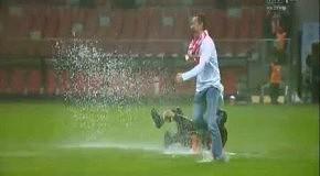 Польские фаны устроили купание на затопленном дождем стадионе