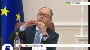 Яценюк пришел на заседание парламента с бутылкой водки