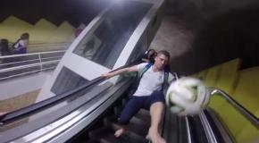 Трехкратный чемпион мира по фристайлу показал, как надо обращаться с мячом