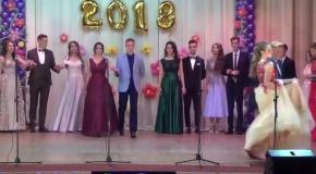 Красивий вихід випускників Андрушівської гімназії. Володимир Повальчук