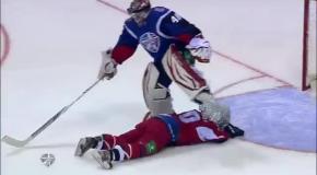 Хоккеист притворился рыбкой и нырнул в ворота соперника