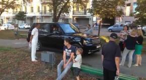 СтопХам по-киевски: женщины не дали внедорожнику проехать по бульвару