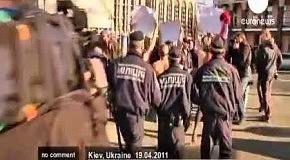 Femen  Янукович хуже радиации