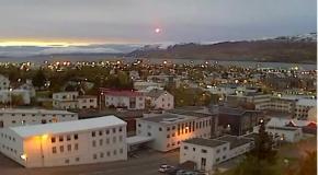В Исландии запечатлели полет НЛО в центре города