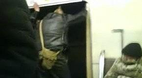 Панк выпал из вагона метро, жесть