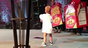 Мальчик выбежал на сцену к папе
