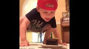 Малыш тушит свечу с помощью мячика