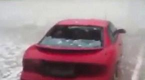 Град с яйцо уничтожает машину