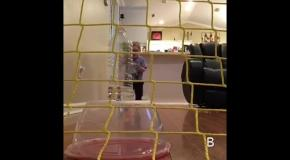Малыш мячом сбивает бутылку