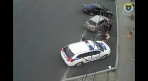 В Днепре били патрульную машину