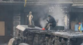 Главные фото Евромайдана 24 января: Охрана Баррикад и протест матерей