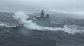 Посадка вертолёта на палубу при шторме