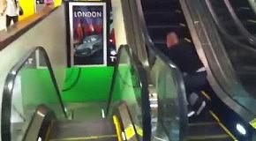 Прикольный способ покататься на эскалаторе