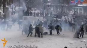 Сотни бойцов Беркута атакуют активистов на улице Грушевского