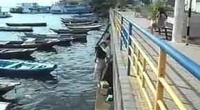 Неудачная попытка девушки сесть в лодку
