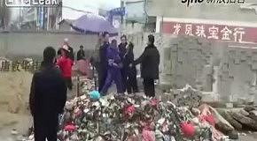 Китаец убил полицейского одним ударом мотыги
