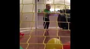 Малыш мячом выбивает страйк