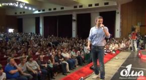 Вакарчук спел гимн с одесскими студентами