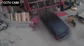 Машина въехала прямо в кафе