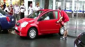 Пьяные фанаты помогают девушке парковаться