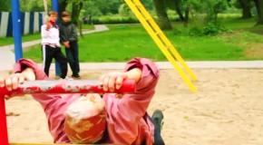 72-летняя бабушка удивляет на площадке