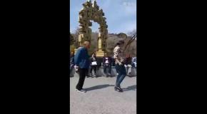 Дедушка танцует с внучкой