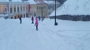 Семилетняя сноубордистка на Андреевском спуске (23 марта 2013)