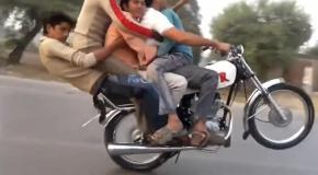 Крутой пакистанский байкер