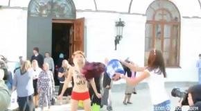 Активистка FEMEN облилась кровью в Киево-Печёрской Лавре