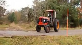 Дрифт по полю на мощном тракторе