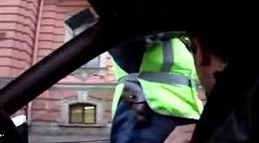 Гаишник пытается забрать ключи от автомобиля