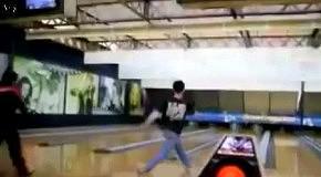 Поцеловал пол играя  в боулинг
