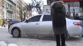 Как киевляне падают на заснеженных пешеходных переходах