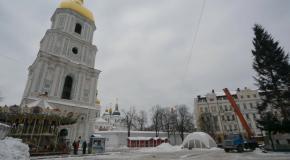 В Киеве начали устанавливать новогоднюю елку