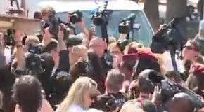 Диктатор в Каннах: Саша Барон Коэн явился на Каннский кинофестиваль на верблюде