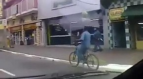 Велосипедист с арбузом на голове
