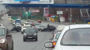 Прохожий регулирует перекресток вместо ГАИ Киева