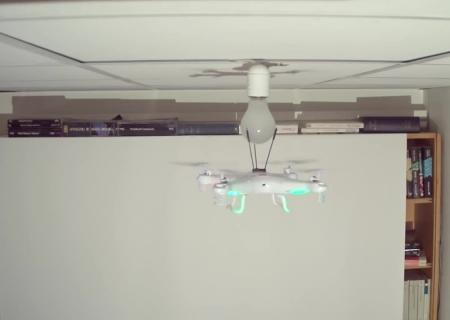 Блогер поменял перегоревшую лампочку при помощи дрона
