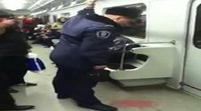 Пьяный мент в метро на День Вооруженных Сил Украины